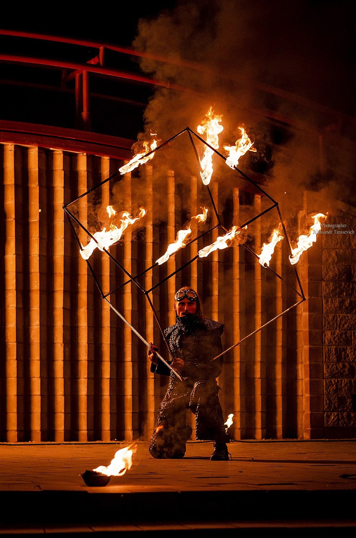 силовой жонглер горящим кубом 70д