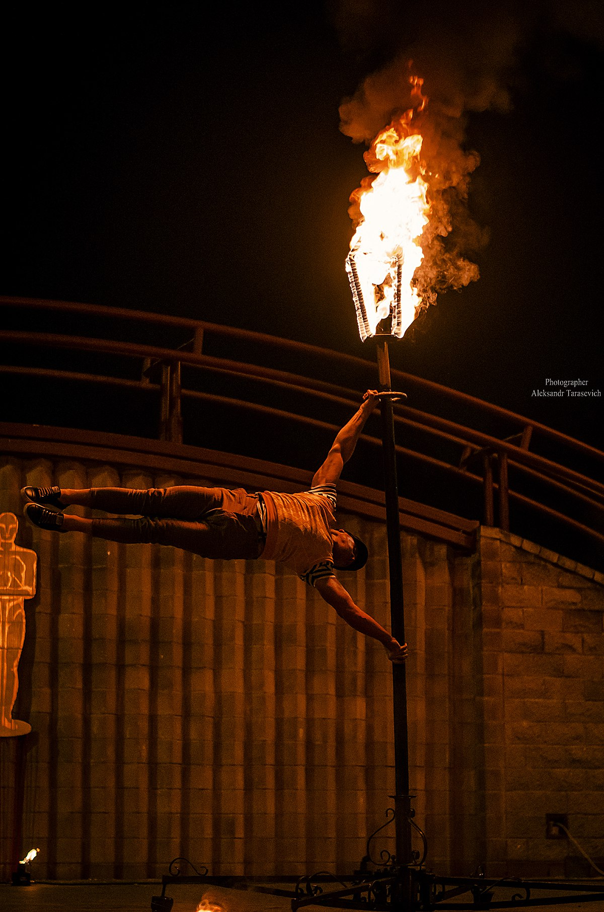 Фаер Шоу KRESIVA (огненный цирк) ГИМНАСТ НА ГОРЯЩЕМ ФОНАРЕ ЕВГЕНИЙ ГАГАРИН  ОГНИ ОСЕНИ 2016