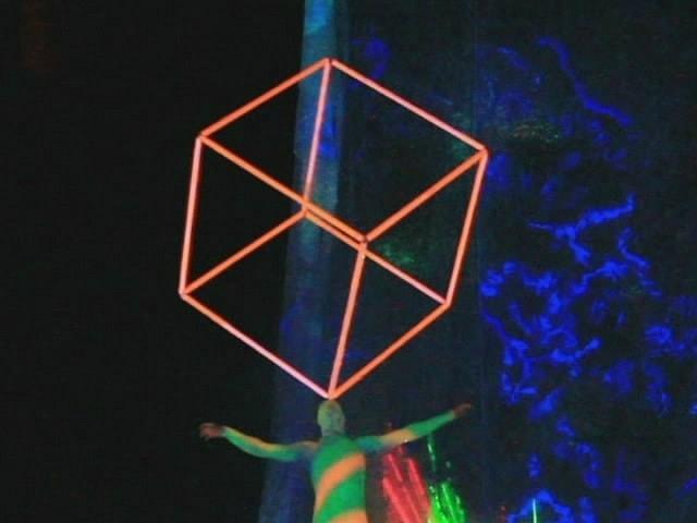 силовой жонглер  кубом 70д, 4 мин, 1 артист
