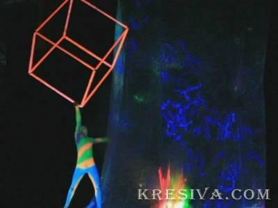 Заказать в Минске и по всей Беларуси цирковых артистов: Силовой жонглер кубом в ультрафиолете