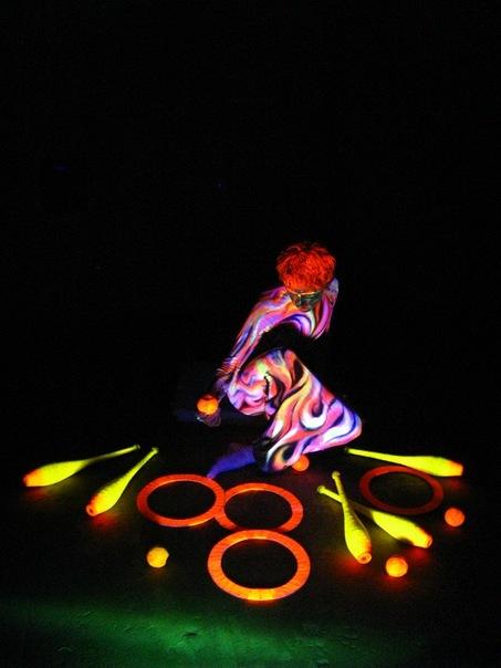 Заказать в Минске и по всей Беларуси цирковых артистов: Жонглер в ультрафиолете