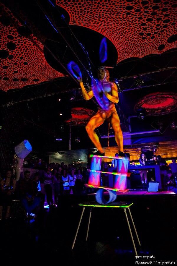 Заказать в Минске и по всей Беларуси цирковых артистов: Эквилибр на катушках в ультрафиолете